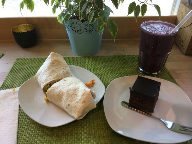 Wrap, Smoothie und Schokokuchen im The Bowl