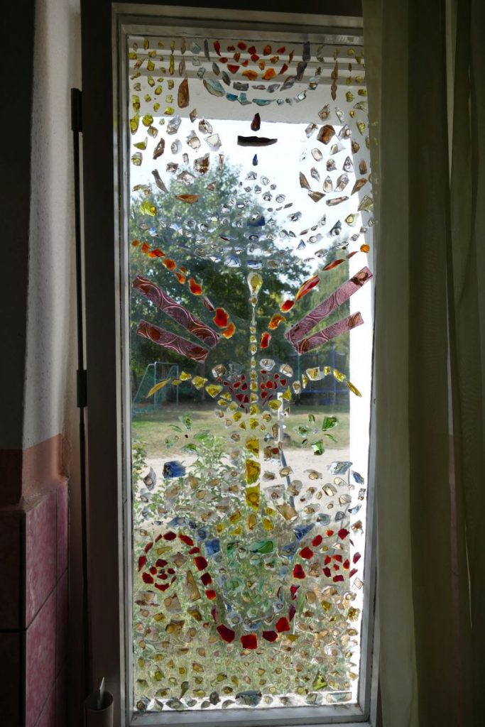 Kunstvoll geschmücktes Badzimmerfenster